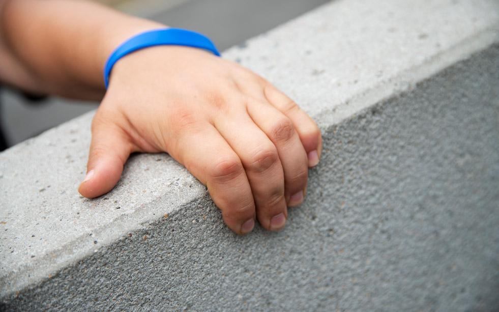 https://parador.de/media/One_Ground/Blockpage_Essen/Sidestory-2/hand-mit-blauem-armband.jpg