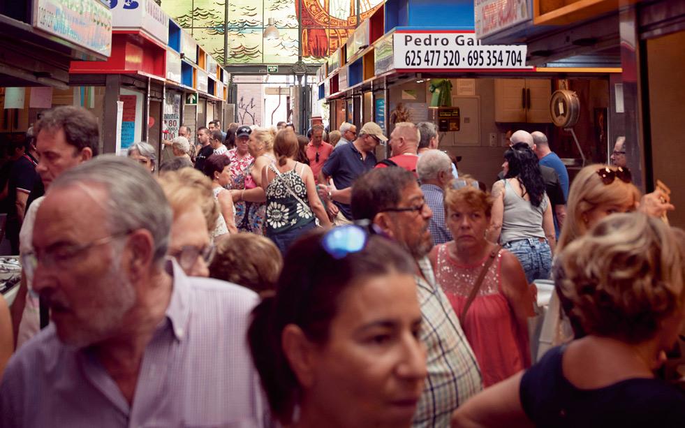https://parador.de/media/One_Ground/Blockpage_Malaga/menschen-auf-dem-markt.jpg